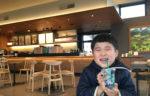 【スターバックス玉湯店】子どもとカウンターとフリーの水を飲んでいるところ。プラスチックの蓋つきにしてもらったので