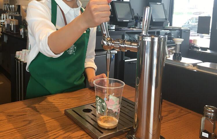 【スターバックス玉湯店】店員さんがナイトロを入れてくれているところ。山陰で飲めるのは、ここ玉湯店だけ!ナイトロコールドブリューコーヒー610円(税抜き)