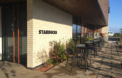 【スタバ玉湯店】正面入り口から見た所。外でカフェを楽しんでもいいですね!