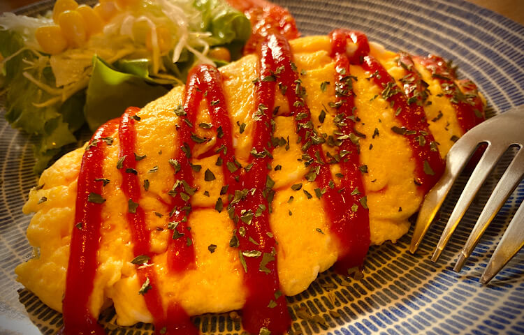 鳥取県米子市両三柳にあるSUNNY-SIDE CAFE(サニーサイドカフェ)、特別メニューの卵たっぷりオムライスごはん抜き。といことはオムレツ!野菜たっぷりです!香辛料がほのかにピリリと効いてます。美味しい。