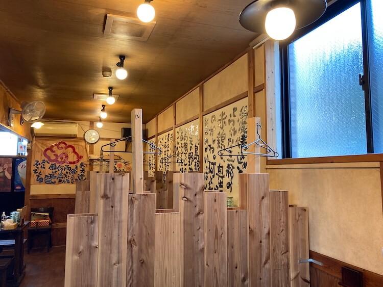 【島根県松江市】とっても美味しい東出雲町のラーメン屋さん「雲-くも-」の4人がけテーブルは区切ってあるので、個室の様に寛げます。上着がかけられるハンガーがあるのも嬉しいです。