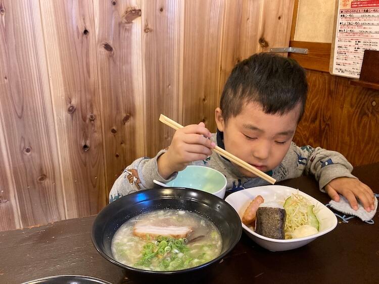 【島根県松江市】とっても美味しい東出雲町のラーメン屋さん「雲-くも-」のお子様らーめんのセットを食べている子どもちゃん。たまたま目つぶり。寝てませんよー!w