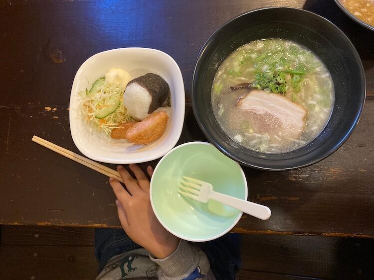 【島根県松江市】とっても美味しい東出雲町のラーメン屋さん「雲-くも-」のお子様らーめんのセット。半ラーメンとおにぎり。野菜付き