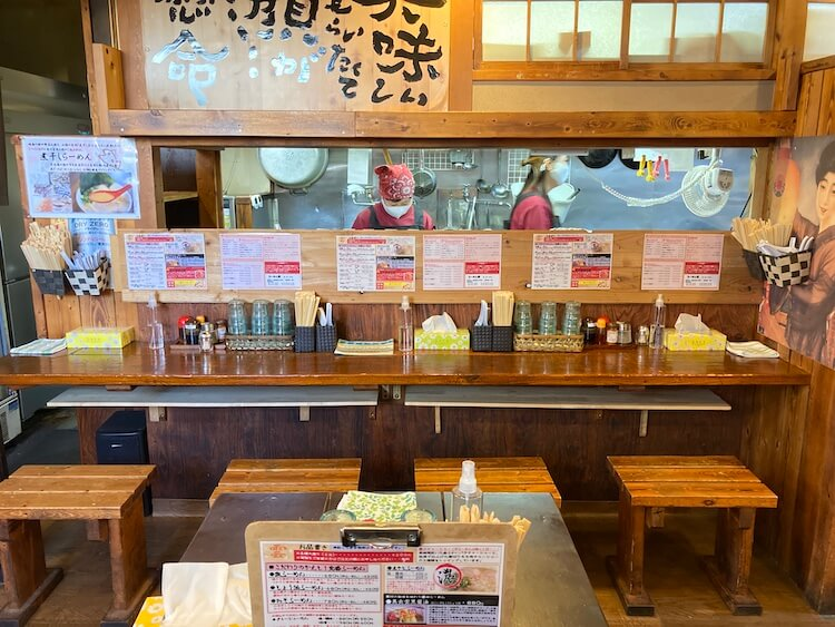 【島根県松江市】とっても美味しい東出雲町のラーメン屋さん「雲-くも-」のカウンター席。※お客さんが少ない曜日、時間帯に撮影しています。