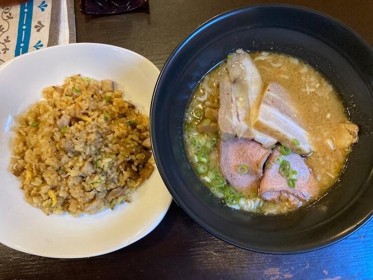 【島根県松江市】とっても美味しい東出雲町のラーメン屋さん「雲-くも-」の[チャーシュー麺の味噌-半らーめん-600円] お父さんチョイス。[半チャーハン-250円]も頼みました。