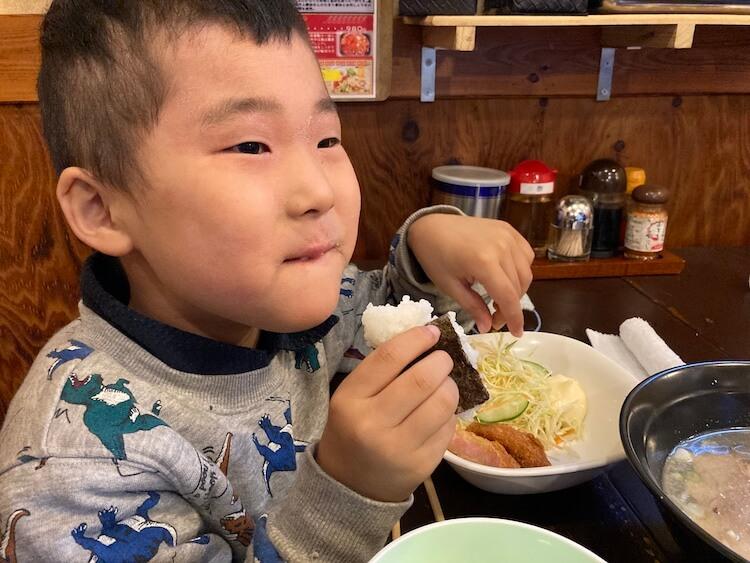 【島根県松江市】とっても美味しい東出雲町のラーメン屋さん「雲-くも-」のお子様らーめんのセット。子どもちゃんは塩らーめんをチョイス。お子様らーめんは、半らーめんにおにぎり、野菜が付きます。