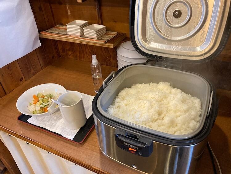 【島根県松江市】とっても美味しい東出雲町のラーメン屋さん「雲-くも-」の仁多米ごはん。 ご飯メニューを頼むと美味しい仁多米ごはんが食べ放題!(セルフサービス)浅漬けもあり嬉しいですね。
