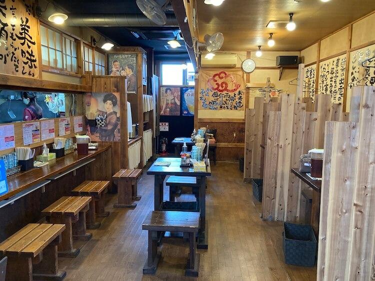 【島根県松江市】とっても美味しい東出雲町のラーメン屋さん「雲-くも-」の店内の写真。真ん中は2人掛けテーブルが2つあります。