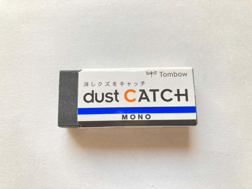 dust-CATCH-MONO-EN-DC-tombowの写真。黒色の消しゴムです。